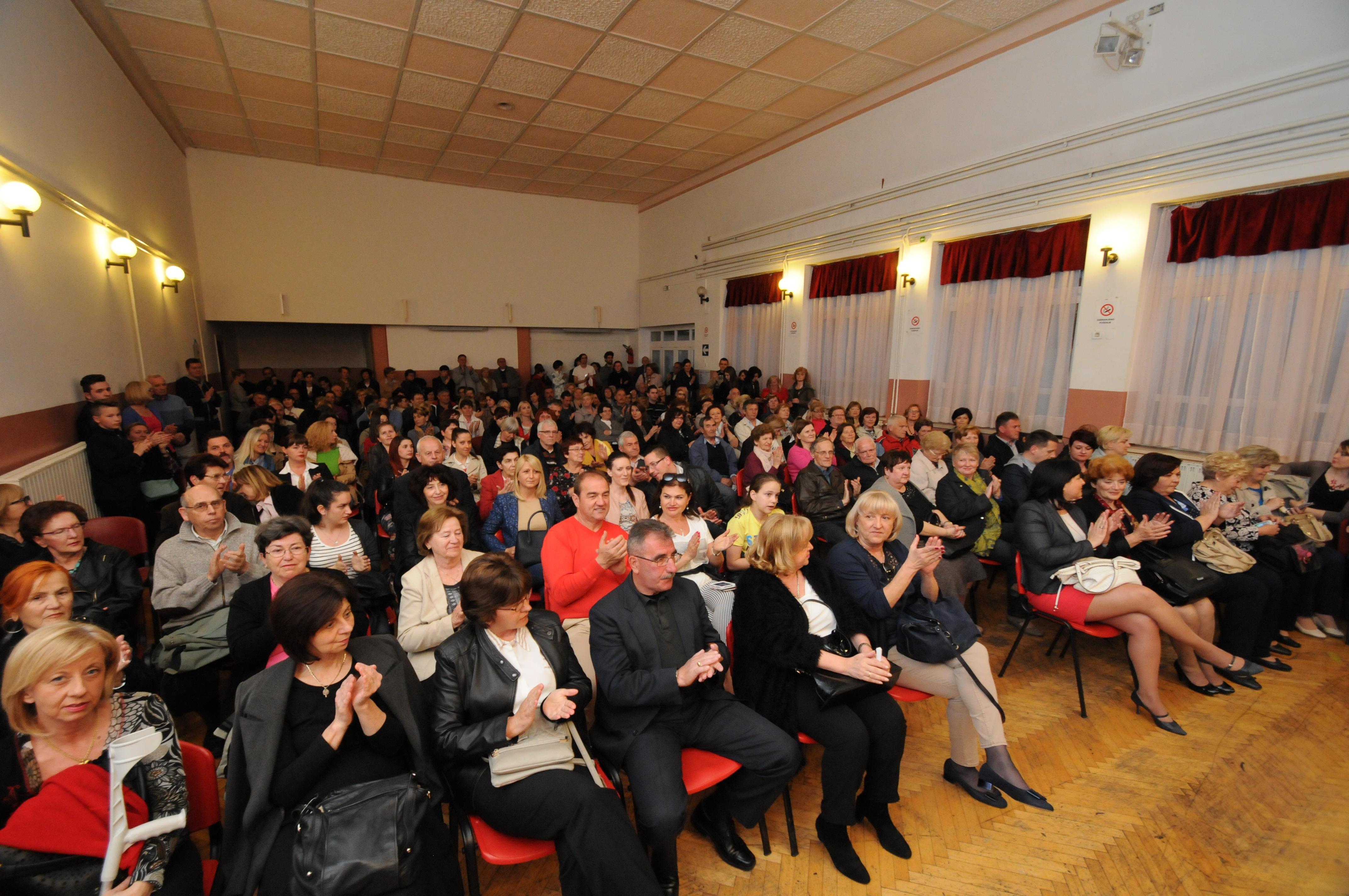 "KAZALIŠNA GRUPA ""LECTIRUM"" – KOMEDIJA ""LJUBAV NA PRVI POGLED"""